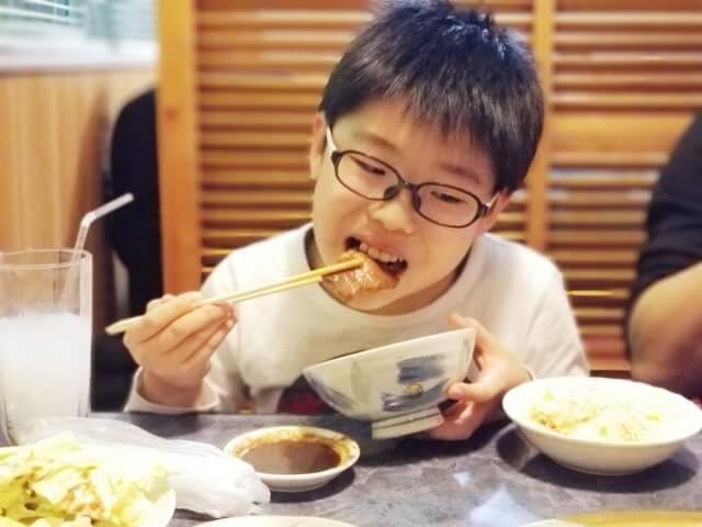食欲旺盛な小学生