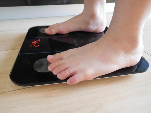 体重計に乗る子ども
