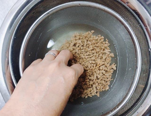大豆ミートを洗う